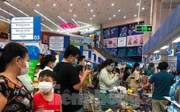 Trước giờ giãn cách, người dân TPHCM đổ xô đi chợ, siêu thị