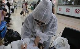 Ảnh: Người dân mặc đồ bảo hộ, đeo khẩu trang kín mít để ra bến xe rời TP.HCM trước giờ thực hiện giãn cách xã hội