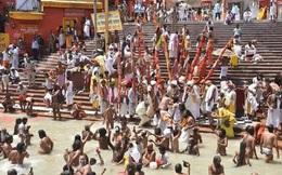 """Hàng trăm người Ấn Độ tham dự nghi lễ """"đuổi COVID-19"""""""