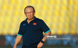 """Thầy Park """"chơi khó"""" ở buổi tập của tuyển Việt Nam, phóng viên UAE chán nản suýt bỏ về sớm"""