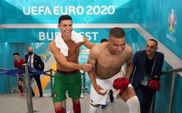 Mbappe và Ronaldo có hành động thân mật sau trận khiến fan bóng đá ngỡ ngàng