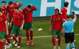 Mải mê ăn mừng bàn thắng quý như vàng, Ronaldo bị ném thẳng cốc Coca-Cola vào người