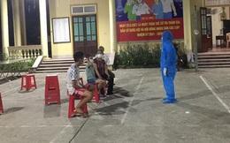 Đến khu phong toả làm nhiệm vụ xét nghiệm, nữ nhân viên y tế bật khóc khi thấy 2 con trai đang chờ lấy mẫu