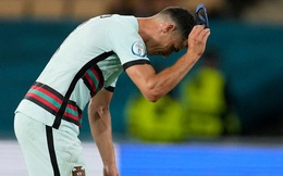 """Ronaldo giận dữ ném đi băng đội trưởng, Bồ Đào Nha bị """"nhấn chìm"""" bởi siêu phẩm theo kiểu CR7"""