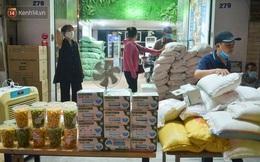 Nghe chuyện thanh niên tự tử vì thất nghiệp, người phụ nữ ở Hà Nội đứng lên phát gạo, tiền miễn phí cho người lao động nghèo