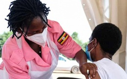 """Cạn kiệt vaccine, châu Phi có nguy cơ hứng chịu """"cơn sóng thần"""" Covid-19 tồi tệ hơn Ấn Độ"""