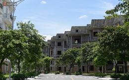 """Cận cảnh các ngôi biệt thự """"ma"""" ở Hà Nội bị bỏ hoang nhiều năm, rêu phong phủ kín các bức tường"""
