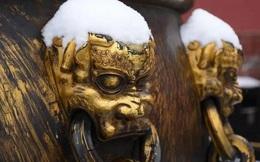 Tại sao trên thân 18 vại nước mạ vàng ở Tử Cấm Thành đều có vết đao?
