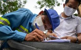 """Trao quà tặng 64 công nhân thu gom rác bị nợ lương ở Hà Nội: """"Đây không chỉ là tiền mà cao hơn là tình người"""""""