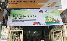 """Giữa lúc siêu thị Tp.HCM quá tải, hãng vận chuyển Vietnam Post, Nhất Tín cũng """"xắn tay"""" bán hàng bình ổn giá cho dân"""