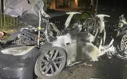 Mẫu xe Tesla 'siêu hiệu năng' vừa giao tới tay khách đã bốc cháy, suýt đốt chết chủ xe bên trong khi cửa điện tử hỏng bất ngờ