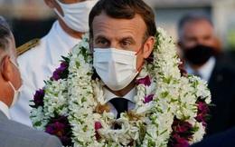"""Khoảnh khắc """"hot"""" nhất hôm nay: Tổng thống Pháp bất đắc dĩ thành cây hoa di động, nét mặt của ông càng gây chú ý"""