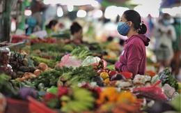 Không ngồi chờ khách đến, tiểu thương chợ Hà Nội bán hàng kiểu mới, ship luôn tận nhà