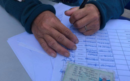 Đôi tay quanh năm bốc rác run rẩy ký tên nhận hỗ trợ của công nhân bị nợ lương