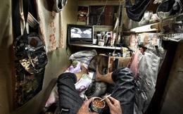 """Bật khóc giữa """"căn hộ quan tài"""" đắt đỏ ở Hồng Kông: Khó sống tới mức """"nghẹt thở"""""""