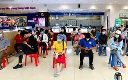 ẢNH: Người Sài Gòn tranh thủ đi chợ, xếp hàng trong siêu thị chờ đến lượt mua thịt cá, rau củ trước giờ giãn cách xã hội