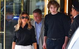 """""""Quý tử nước Mỹ"""" Barron Trump lộ diện xách túi cho mẹ tại toà nhà của gia đình, gây choáng với chiều cao hiện tại đã hơn 2m"""