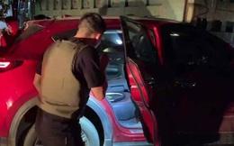 """Video: Hàng chục cảnh sát chặn bắt chiếc ô tô chở ma túy và vũ khí """"nóng"""" như phim hành động"""