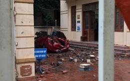 Mưa lớn kèm lốc xoáy khiến bức tường đổ sập, đè bẹp chiếc ô tô đang đậu dưới sân