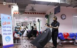 """Ảnh: Hàng trăm y, bác sĩ Bệnh viện Đại học Y Hà Nội """"xuống tóc"""" chuẩn bị vào bệnh viện dã chiến"""