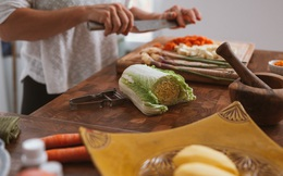 Cuộc sống khiến người ta hiểu ra rằng, tự mình nấu cơm tiết kiệm được bao nhiêu tiền...
