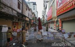 """Hà Nội: Chợ phố cổ biển quảng cáo treo kín hàng rào, ai mua gì """"a lô có ngay"""" không cần vào chợ"""