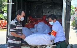 Ảnh: Đội nắng chở lương thực tiếp tế tận nhà cho người dân khó khăn ở Đà Nẵng