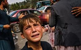 Những bà mẹ Afghanistan tuyệt vọng ném con qua rào chắn, xin người ta đưa chúng đi thật xa: Quặn lòng ánh mắt những đứa trẻ tìm mẹ
