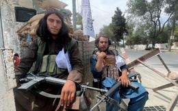 Taliban vác súng gõ cửa từng nhà, yêu cầu người dân Afghanistan trở lại làm việc