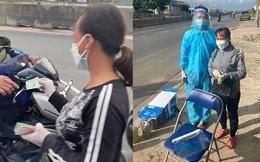 """Người phụ nữ đi dép tổ ong phát tiền giúp người về quê: """"Làm được bao nhiêu tôi tặng hết cho bà con"""""""