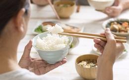 6 sai lầm khi ăn cơm vô cùng hại sức khỏe, thậm chí có thói quen tồn tại lâu năm trong các gia đình Việt: Tưởng bình thường, ai ngờ rước kịch độc!