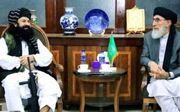 """Thủ lĩnh khét tiếng Taliban """"thu phục"""" em Tổng thống đào tẩu, ôm súng gặp cựu Thủ tướng"""