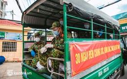 Người dân TP.HCM phấn khởi khi lực lượng quân đội mang rau xanh, lương thực đến từng hẻm, từng nhà trao tận tay bà con