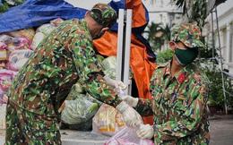 Chùm ảnh các chiến sĩ bộ đội tỉ mỉ sắp xếp từng phần quà, trao tận tay người dân Sài Gòn: Vừa nhanh nhẹn mà rất nề nếp, kỷ cương