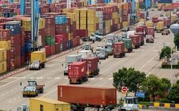 Cuộc khủng hoảng của mạng lưới vận chuyển toàn cầu ngày càng tồi tệ: Từ đường biển lan rộng sang hàng không và đường bộ, các hãng thiếu container trầm trọng