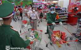 Ảnh, clip: Các anh bộ đội cùng cán bộ phường hối hả vào siêu thị mua đồ giúp người dân TP.HCM