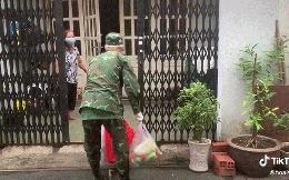 Bà cụ nghẹn ngào khi được anh bộ đội và địa phương mang thực phẩm đến tận nhà, nhiều dân mạng cũng xúc động rớt nước mắt