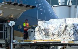 Máy thở, 9.000 bộ xét nghiệm Covid... về Việt Nam trên chuyến bay chưa từng có trong tiền lệ