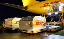 DHL Express sẽ vận chuyển lô vắc-xin Pfizer do Mỹ tài trợ về Việt Nam: Mỗi lô sẽ được giữ lạnh bằng đá khô đóng gói chung, kèm thiết bị đo nhiệt độ gắn định vị GPS