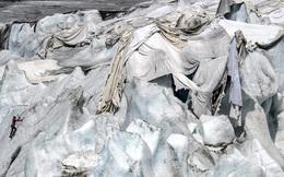 Chuyện lạ: Cứ vào mùa hè dân Thụy Sỹ lại cặm cụi 'đắp chăn' cho sông băng trên núi