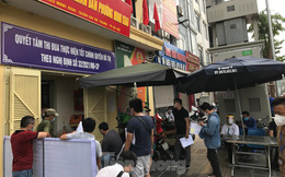Người Hà Nội xếp hàng dài ở phường xin xác nhận Giấy đi đường