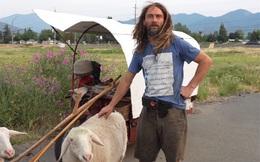 """12 năm phiêu diêu tự tại của người đàn ông sống trong """"ngôi nhà di động"""" là chiếc xe ba bánh cũ vỏn vẹn 2 mét vuông và nuôi 4 con cừu làm bạn đồng hành"""