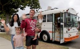 Cặp vợ chồng trẻ mua một chiếc xe buýt cũ đời 1996 với giá rẻ mạt, cải tạo thành ngôi nhà di động, cùng 2 con phiêu bạt: Nội thất bên trong quá ngỡ ngàng!