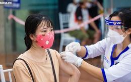 [ẢNH] Hà Nội tiêm vắc-xin Covid-19 diện rộng, hơn 1000 người xếp hàng đến nửa đêm chờ đến lượt