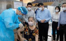 """300.000 mũi tiêm/ngày: Hà Nội đạt """"kỷ lục"""" về công suất tiêm vắc xin COVID-19"""