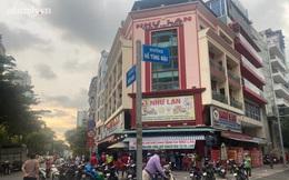 Hàng trăm người Sài Gòn chen chúc xếp hàng chờ mua bánh Trung thu giữa lúc giãn cách