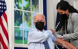 """Tổng thống Mỹ Biden """"làm nên lịch sử"""" khi tiêm mũi 3 vắc xin, trực tiếp trên truyền hình"""