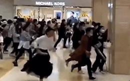 Đám đông hỗn loạn chen nhau để được xếp hàng mua iPhone 13 ở Trung Quốc.