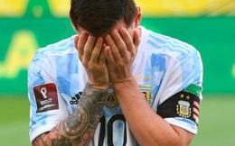 (Clip) Trận bóng kỳ lạ ở Nam Mỹ: Phút thứ 7, cảnh sát ập vào sân đòi bắt 4 cầu thủ Argentina vì 'đến từ vùng dịch' mà không khai báo, Messi tức giận 'tôi nghỉ chơi'