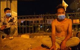 Ảnh: Xót xa cảnh những công nhân tay trắng, phải chọn gầm cầu, trạm xe để ngủ qua đêm trong những ngày giãn cách ở Hà Nội